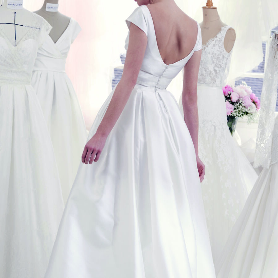 Atelier Emélia 2020 - Modèle Aglaé - Robe de mariée années 50 élégante en mikado de soie avec une jupe à plis religieux - Boutique Elle a dit Oui by Elsa Gary Caen