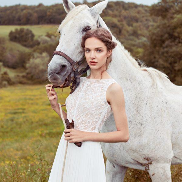 Anna Kara 2020 - Modèle Shenandoa - Robe de mariée bohème à encolure et finitions dentelles - Boutique Elle a dit Oui by Elsa Gary Caen