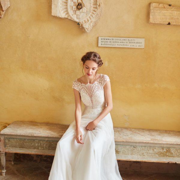 Anna Kara 2020 - Modèle Shiloa - Robe de mariée bohème à encolure et finitions dentelles - Boutique Elle a dit Oui by Elsa Gary Caen