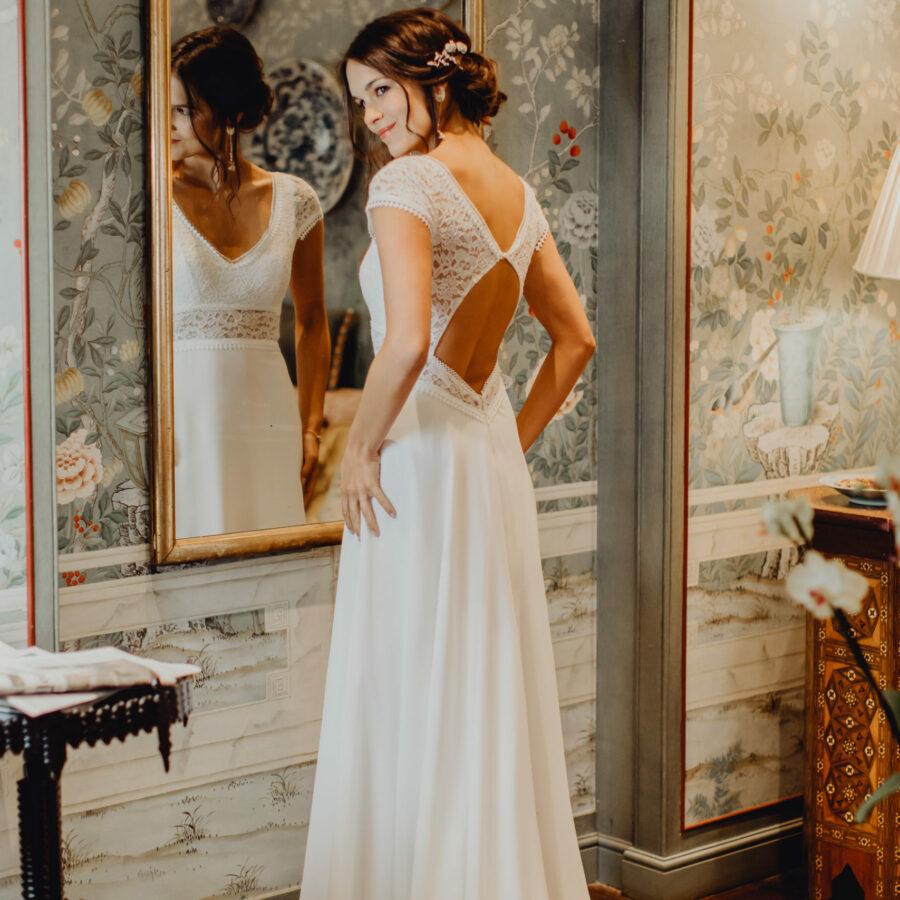 Elsa Gary 2020 - Modèle Camélia - Robe de mariée bohème manches courtes en dentelle de Calais - Boutique Elle a dit Oui by Elsa Gary Caen