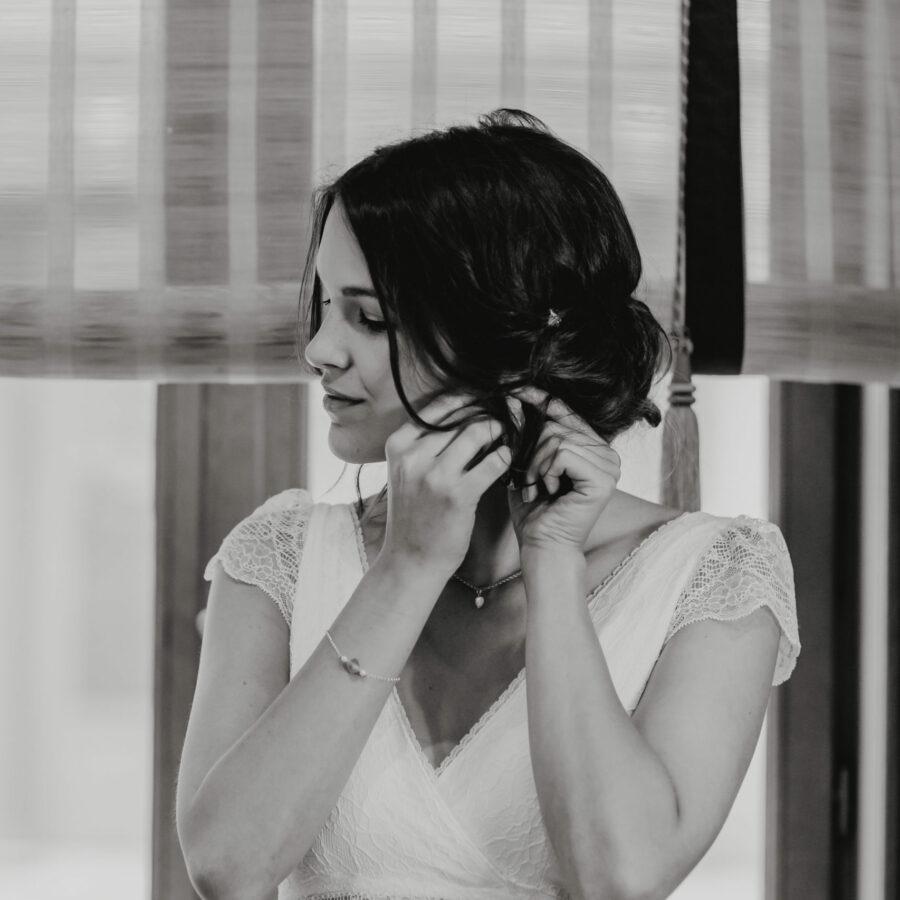 Elsa Gary 2020 - Modèle Mimosa - Robe de mariée bohème en dentelle de Calais avec un décolleté cache cœur - Boutique Elle a dit Oui by Elsa Gary Caen